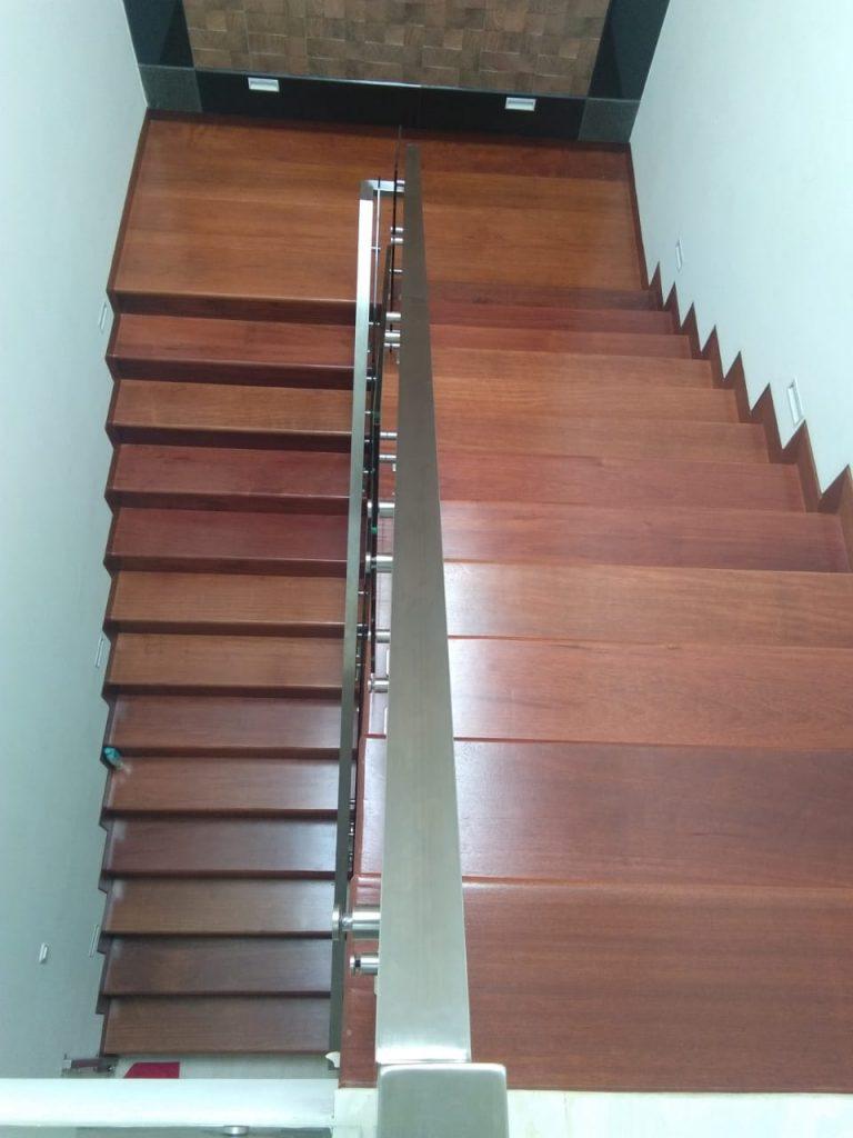 pemasangan papan tangga kayu MErbau