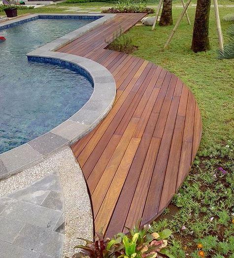 pemasangan decking kayu Ulin kalimantan samping kolam renang