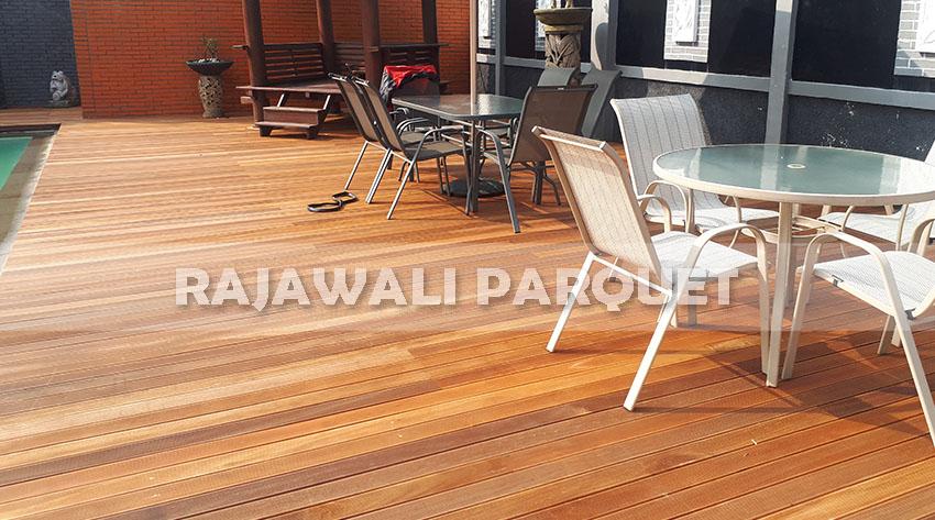 Pemasangan lantai kayu di area luar ruangan tepi kolam renang