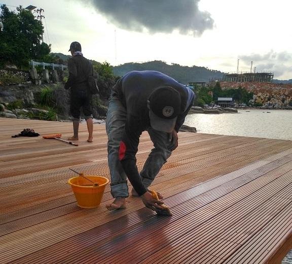 pemasangan decking kayu 9