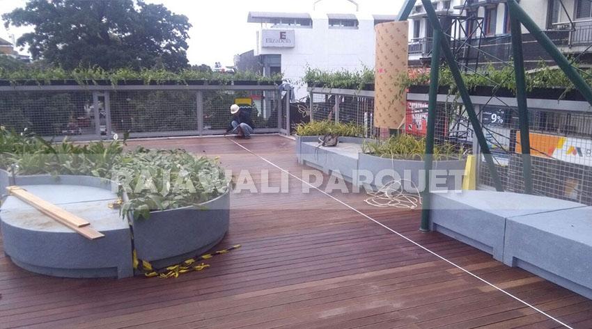lantai kayu outdoor diarea luar ruangan