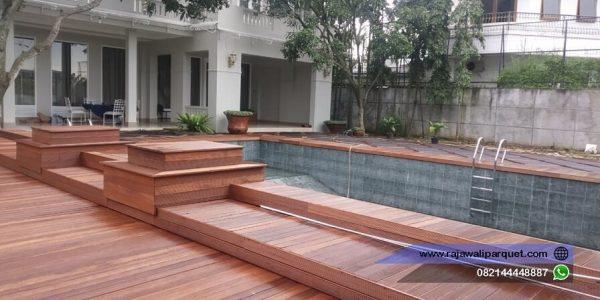 decking kayu bengkirai di samping kolam renang 4