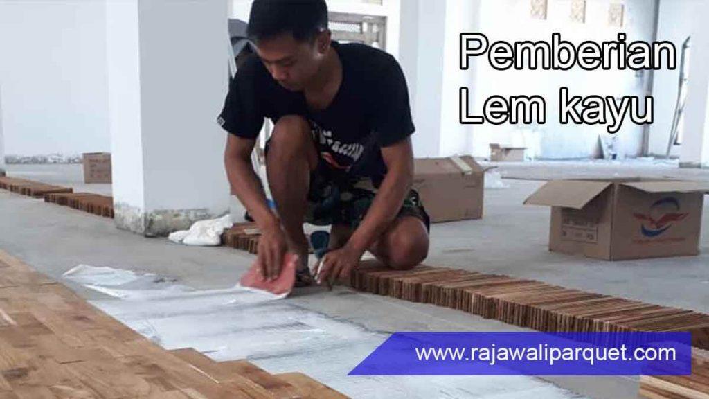cara pasang lantai kayu 4 pemberian lem kayu